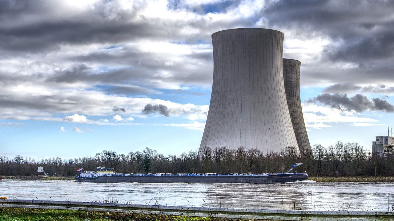 a picture showing a nuclear reactor under an overcast sky
