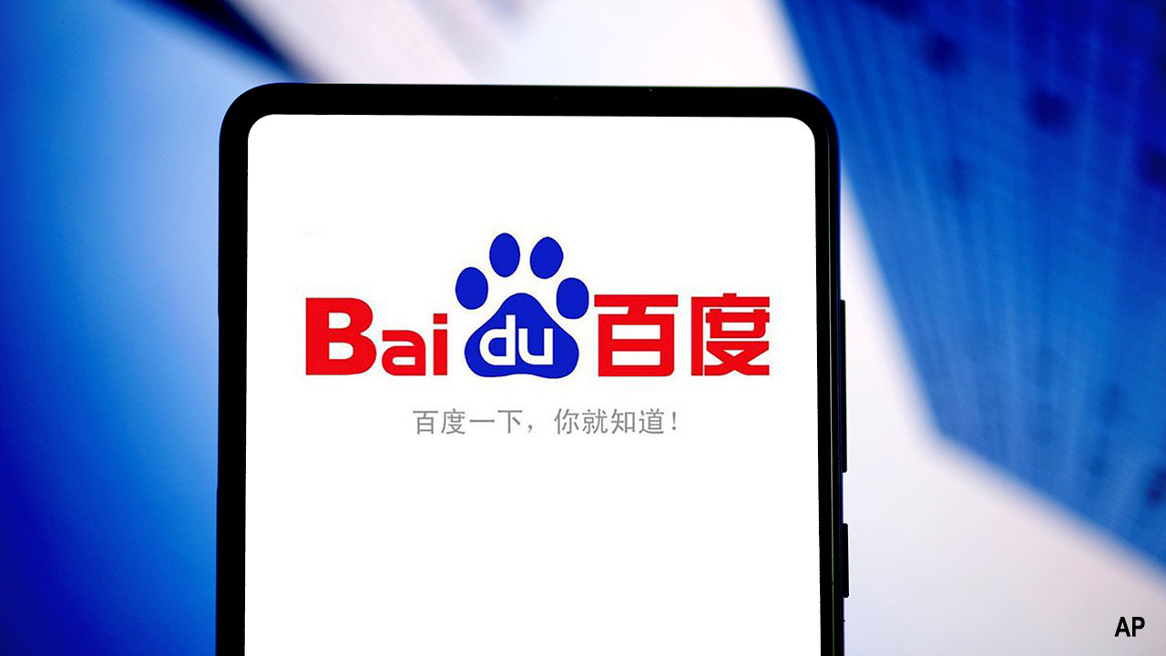 A mobile phone user uses the mobile app of Baidu search engine